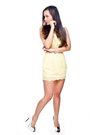 cocktaildress: Jonge en mooie vrouw in gele cocktail jurk
