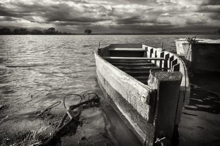 water s edge: vecchia barca in riva al fiume