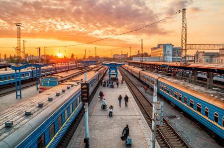 Züge auf Schienen am Bahnhof Ukraine