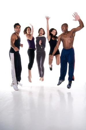 transpiration: Groupe multiracial de jeunes adultes de sauter de joie au fitness usure. Tous les logos enlev�. Banque d'images