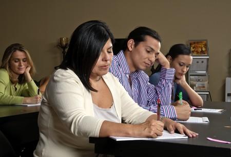 Een groep van werknemers dunring een opleiding klasse in het kantoor.