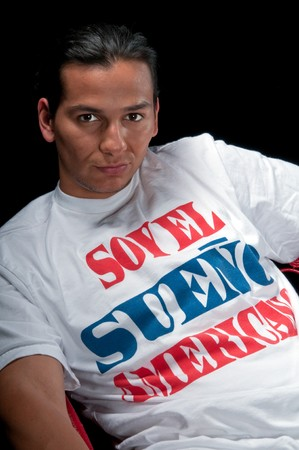 bill of rights: Young hispanic immigrant enjoys the realization of his american dream. T-Shirt with inscription in spanish I am the american dream
