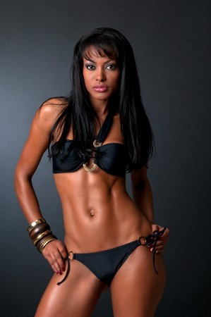 Hot model in poserend in zwarte bikini, studio-opname.