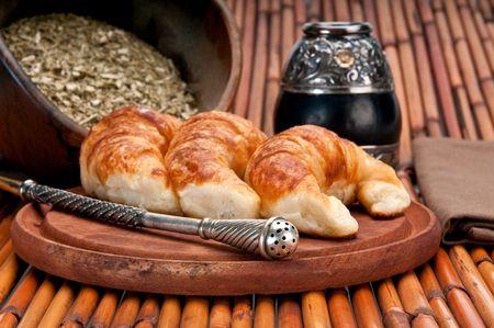 yerba mate: Yerba Mate y croissants, esta es una bebida t�pica y desayuno en la Argentina. El uso de enfoque selectivo.