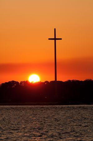 Zonsondergang in de oceaan met de cross-backlite aan de zijkant. Ruimte voor kopiëren. Stockfoto