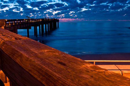 Sunise in St. August ine Beach visserij pier, Florida.
