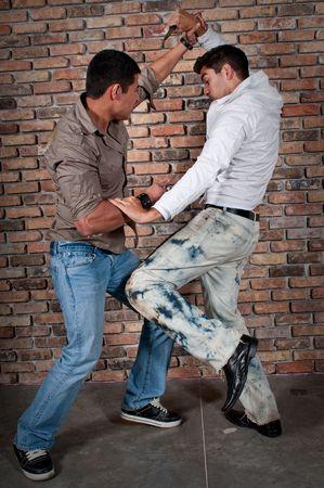 de maras: La lucha contra chicos j�venes en la calle con cuchillos.