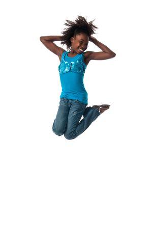 African American girl springen zeer hoog en gelukkig.