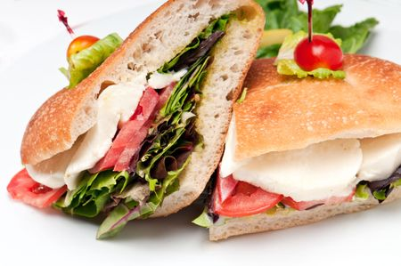 Dichten van sandwich mozzarella, sla en tomaten.