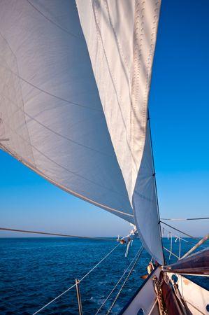 Kotter navigeert in de Oceaan sunset tegelijk. Als u meer ruimte voor de kopie.