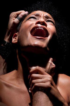violencia intrafamiliar: Mujer joven hispano se ahog� y el abuso.