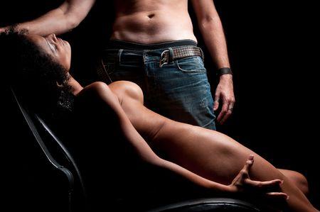 Echtpaar bij weinig licht, zeer erotisch voorspel. Stockfoto