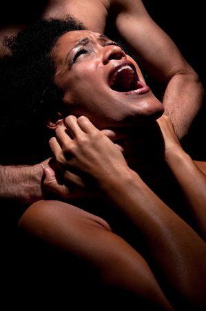 Jong latino vrouw wordt gesmoord en misbruikt. Stockfoto