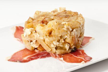 """tapas espa�olas: Close up vista de tapa huevos rotos, literalmente traducido como """"huevos rotos"""", es un plato b�sico espa�ola de patatas, jam�n y huevos. Foto de archivo"""