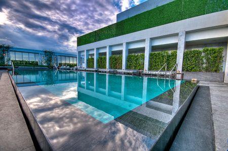 rooftop: Luxe zwemmen pool van luxe hotel. Stockfoto