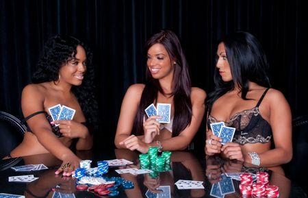 Jonge dames poker te spelen in lingerie erg blij.