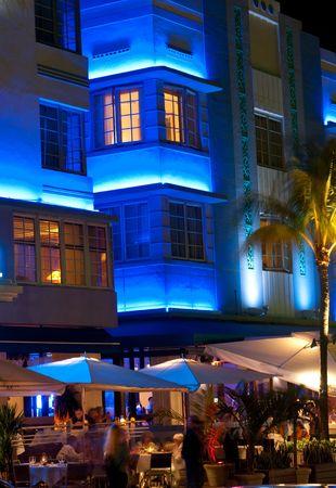 """Vista del famoso """"Ocean Drive"""" por la noche en Miami Beach. Foto de archivo"""