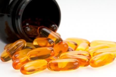 Close-up van Omega 3 pillen, morsen uit de fles. SE van selectieve aandacht.