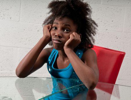 bambini pensierosi: African American ragazza, molto interessato e il pensiero