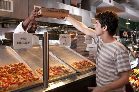 Jong volwassene kopen pizza restaurant