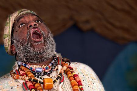 Retrato de cuentacuentos africanos dando un discurso.  Foto de archivo