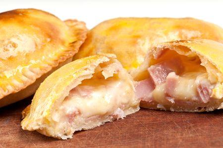 Ham en kaas Empanada opvullen dicht.  De Empanada is een omzet van gebak gevuld met een verscheidenheid van smakelijke ingrediënten en gebakken of gebraden. Stockfoto