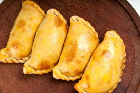 omzet: Groep van Latijnsamerikaanse empanadas. De Empanada is een omzet van gebak gevuld met een verscheidenheid van smakelijke ingrediënten en gebakken of gebraden. Stockfoto