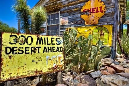 Verrostet Zeichen in Hackberry Arizona Gemischtwarenladen 24 Juni 2010 getroffen. Dies ist ein sehr beliebtes Touristenziel. Standard-Bild - 8025449