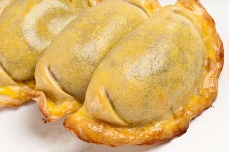 Gruppe von lateinamerikanischen Empanadas. Die Empanada ist ein Gebäck-Umsatz, gefüllt mit einer Vielzahl von Bohnenkraut Zutaten und gebacken oder gebraten. Standard-Bild - 8025433