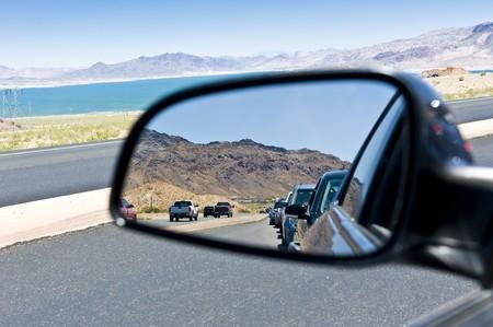 window shade: Reflejo de una l�nea de autom�viles en una ruta congestionada