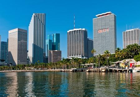 Ansicht der Bayfront Park und der Innenstadt von Miami aus Biscayne Bay. Standard-Bild - 8025466