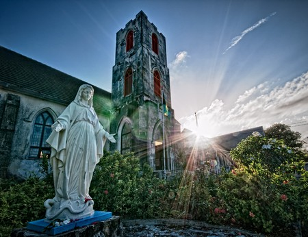 Ansicht von aussen Patio des historischen St. Mary the Virgin Anglican Church. Diese Kirche, die älteste Kirche auf den Bahamas, sagte ist gedacht, um von den Spaniern in den 1600er errichtet wurden. Standard-Bild - 8145771