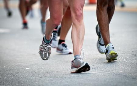 Close-up van benen tijdens het lopen, gebruik van selectieve aandacht. Stockfoto