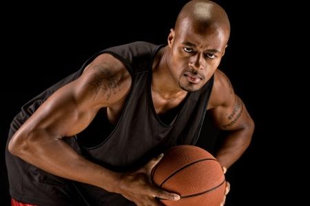 Basketbalspeler op zoek naar camera met bal.