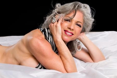 Sehr attraktive Frau lächelnd im Bett. Standard-Bild - 9251695