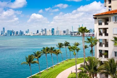 Panoramisch uitzicht op Downton Miami en Biscayne Bay met balkons aan het water.