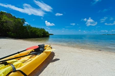ocean kayak: Kayak listo para ser utilizado en la playa en los Cayos de Florida