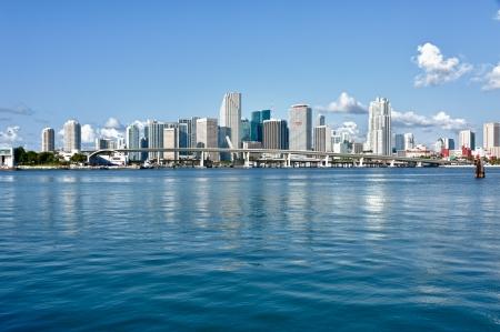 Miami Downtown skyline overdag met de Biscayne Bay. Alle logo's en merknamen van het gebouw verwijderd. Stockfoto