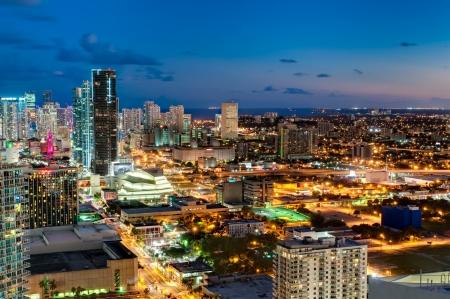 MIAMI - 5. Oktober Luftaufnahme der Innenstadt von Miami am 5. Oktober 2011 Seit 2001 ist Miami in jüngster Zeit eine große Bauboom mit mehr als 50 Wolkenkratzer steigt über 400 Meter gebaut oder im Bau Standard-Bild - 12993073