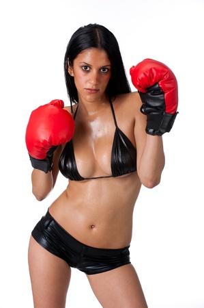 sudoroso: Joven mujer latina en la formaci�n de bikini con guantes de boxeo y sudorosas
