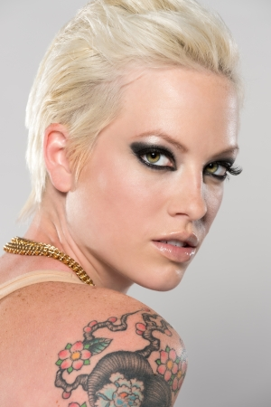 sexy tattoo: Retrato de una mujer cauc�sica joven, muy sensual mirando por encima del hombro