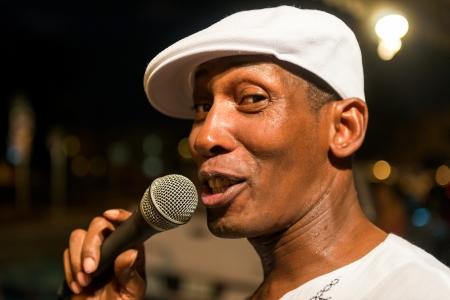 MIAMI, FL - CIRCA 07 2012 canto artista callejero en La Pequeña Habana circa julio 2012 en Miami, durante los viernes culturales de artes artísticas, culturales y sociales y justas cultura que tiene lugar el último viernes de cada mes en el Ha Poco histórico