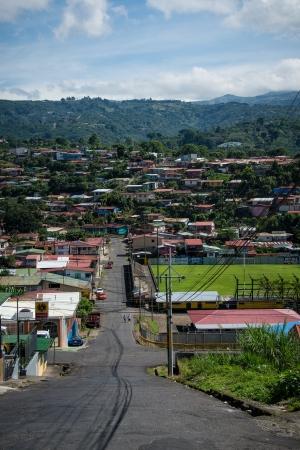 NARANJO DE ALAJUELA, COSTA RICA - CIRCA 08 2012: Vista de la calle típica de la ciudad de Naranjo de Alajuela, Circa 2012 en Costa Rica. Tiene una población de 19.760 y es la capital del cantón de Naranjo. Foto de archivo - 15155640