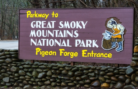 great smoky mountains national park: Sign of Pigeon Forge entrance to the Great Smoky Mountains National Park Editorial