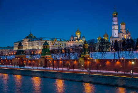 moskva river: Close up view of Kremlin from the banks of the Moskva River in Moscow at night in Russian Federation
