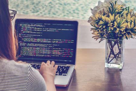 Programador escribiendo nuevas líneas de código HTML. Portátil y primer plano de la mano. Tiempo de trabajo. Concepto de desarrollo web y negocio de diseño web. Ambiente relajante. Trabajo independiente. Programación para todos los géneros. Foto de archivo