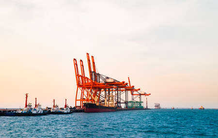 Quay crane standing on jetty harbor. Container handling equipment, heavy machinery for container logistics industry. Banque d'images
