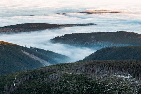 View from the top of Śnieżka, the highest peak of the Karkonosze Mountains Foto de archivo