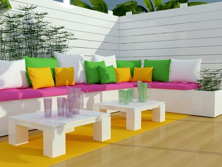 Buiten patio zithoek met een grote bank en twee tafels.
