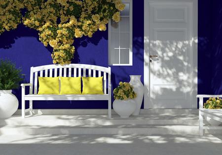 Vooraanzicht van de witte deur op een donker blauwe huis met venster. Mooie gele rozen en bank op de veranda. Ingang van een huis.